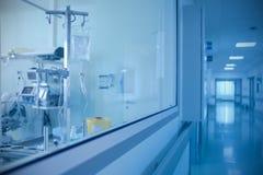 Raum mit der Ausrüstung und dem Korridor im Krankenhaus Lizenzfreie Stockfotos