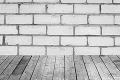 Raum mit einer Backsteinmauer und einem Bretterboden Stockbild