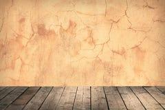Raum mit einer Betonmauer und Bretterböden Stockfotografie