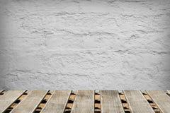 Raum mit einer Betonmauer und Bretterböden Lizenzfreie Stockfotos