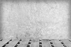 Raum mit einer Betonmauer und Bretterböden Lizenzfreie Stockfotografie