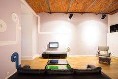 Raum mit entworfenen Elementen Stockbilder