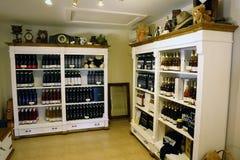 Raum mit Flaschen Wein Stockbild