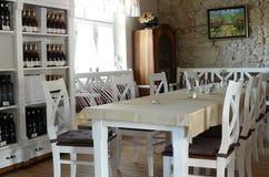 Raum mit großer weißer Tabelle Stockfotos