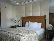 Raum mit king-size Bett und auf Deckenspiegel Stockbilder