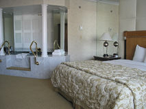 Raum mit king-size Bett und Jacuzzi Lizenzfreie Stockfotografie