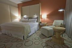 Raum mit Nachttischen und Lampen des king-size Betts Stockbilder