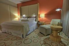 Raum mit Nachttischen und Lampen des king-size Betts Lizenzfreies Stockfoto