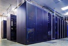 Raum mit Reihen der Server-Hardware Stockbild