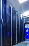 Raum mit Reihen der Server-Hardware Lizenzfreie Stockfotos