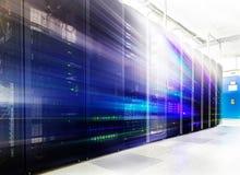 Raum mit Reihen der Server-Hardware im Rechenzentrum Stockbilder
