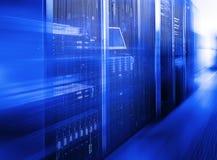 Raum mit Reihen der Server-Hardware im Rechenzentrum Stockfotos