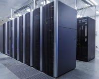 Raum mit Reihen der Server-Hardware im Rechenzentrum Lizenzfreie Stockfotos