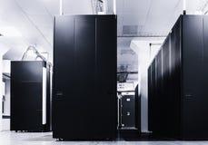 Raum mit Reihen der Server-Hardware im Rechenzentrum Stockfotografie