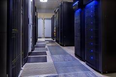 Raum mit Reihen der Server-Hardware im Rechenzentrum Stockbild