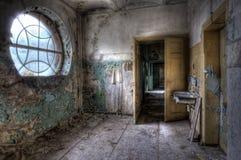 Raum mit Reinigungbassin Stockbild
