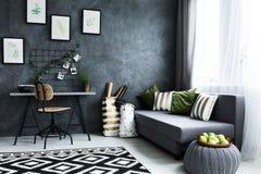 Raum mit Schreibtisch und Couch Stockfoto