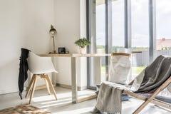 Raum mit Schreibtisch und Stuhl stockbild