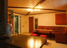 Raum mit Sofa und Tabelle lizenzfreie stockbilder
