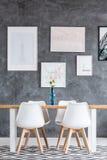 Raum mit symmetrisch eingestellten Stühlen lizenzfreie stockfotos