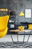 Raum mit Tabelle und Stuhl stockbilder
