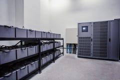 Raum mit vielen Kabeln und vielen Batterien lizenzfreies stockfoto
