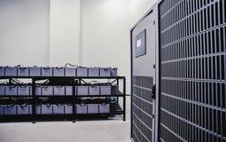 Raum mit vielen Kabeln und vielen Batterien stockbilder