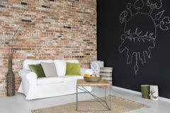 Raum mit weißer Couch stockbild