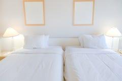 Raum mit zwei Betten Stockfotos
