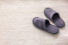 Raum-Pantoffel sind auf einer weichen Wolldecke, dem Konzept des Komforts und Bequemlichkeit lizenzfreie stockfotos
