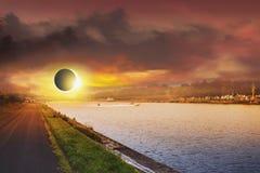 Raum-Sonnenfinsternis Sonnensystem, Sonneneruption, totale Finsternis stockfotos