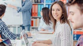 Raum und Geschäftsleute Coworking stockfotos