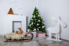 Raum verziert mit Weihnachtsdekorationen Stockfotografie