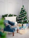 Raum wird mit Dekorationen des neuen Jahres verziert Weihnachtssitzung lizenzfreies stockbild
