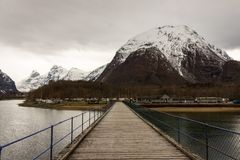 Rauma Romsdalen i Norge - April, 19, 2017: En träbro över den Rauma floden leder till Andalsnes att campa som lokaliseras Fotografering för Bildbyråer