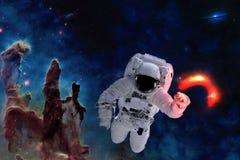Raumastronaut nahe rotem Gl?hen des schwarzen Lochs lizenzfreies stockfoto