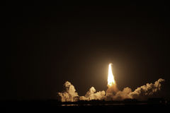 Raumfähre-Bemühungsprodukteinführung nachts Stockfotos