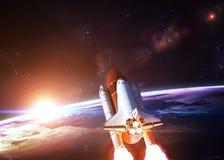 Raumfähre, die auf einer Dienstreise sich entfernt stockfotos