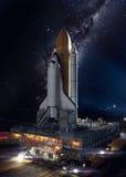 Raumfähre, die auf einer Dienstreise sich entfernt stockbild