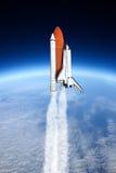 Raumfähre, die zum Himmel (die NASA-, sich entfernt Bild nicht verwendet) Lizenzfreie Stockfotos