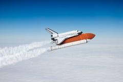 Raumfähre, die zum Himmel sich entfernt Stockfotos