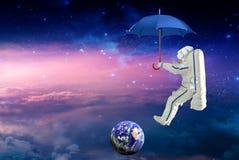 Raumfahrer auf dem Regenschirmreisen lizenzfreies stockbild