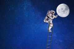 Raumfahrer auf Mond im Weltraum auf Führer lizenzfreies stockfoto