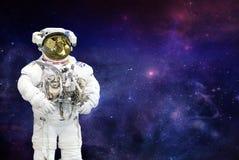 Raumfahrer auf Nachtraum-Himmelhintergrund lizenzfreies stockfoto