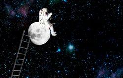 Raumfahrer, der auf einem Mond sitzt Auftrag im Weltraum lizenzfreies stockfoto