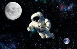 Raumfahrer, der auf einen Mond reist Auftrag im Weltraum stockfotografie