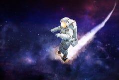 Raumfahrer, der auf einen Roller im Weltraum reist stockfotos