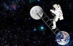 Raumfahrer, der auf Mond reist Auftrag im Weltraum stockfoto
