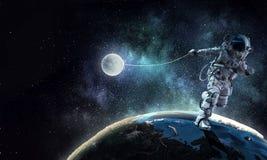 Raumfahrer stehlen Planeten Gemischte Medien lizenzfreies stockfoto