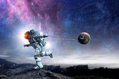 Raumfahrer stehlen Planeten Gemischte Medien lizenzfreies stockbild